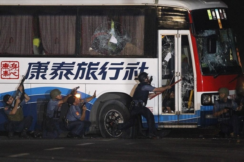 Манилад барьцаалагдсан автобус