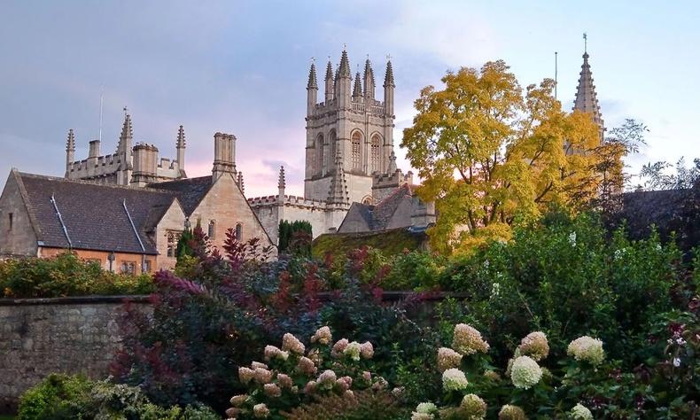 Оксфордын дэргэдэх Магдалений коллежийн барилга яг л дундад зууны цайз мэт