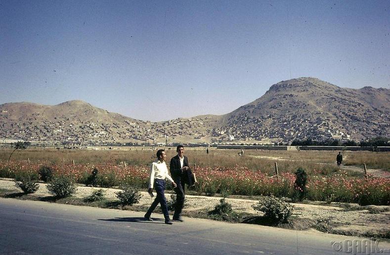 Гэр рүүгээ явж буй 2 Афган залуу
