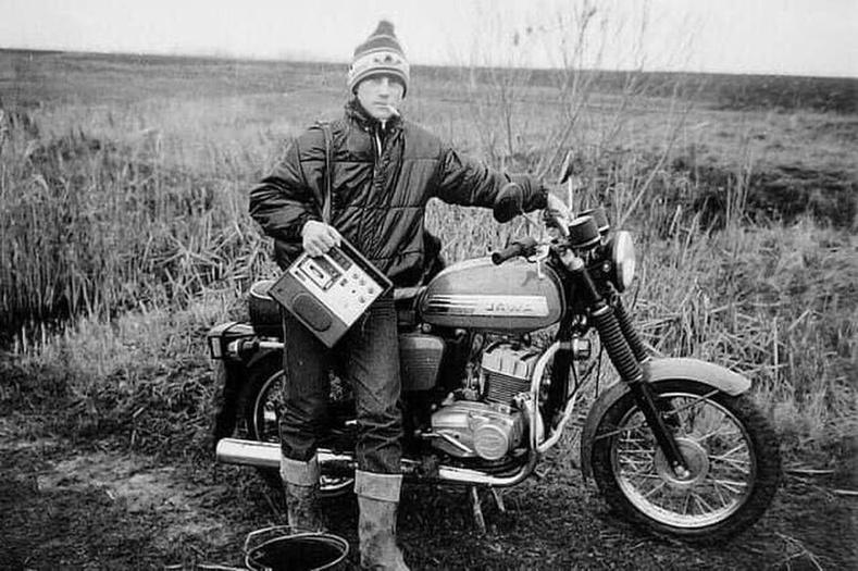 """""""Ява"""" мотоциклтой, Spring-202 хуурцаг тоглуулагчтай дэгжин залуу, ЗХУ, 1980 он."""