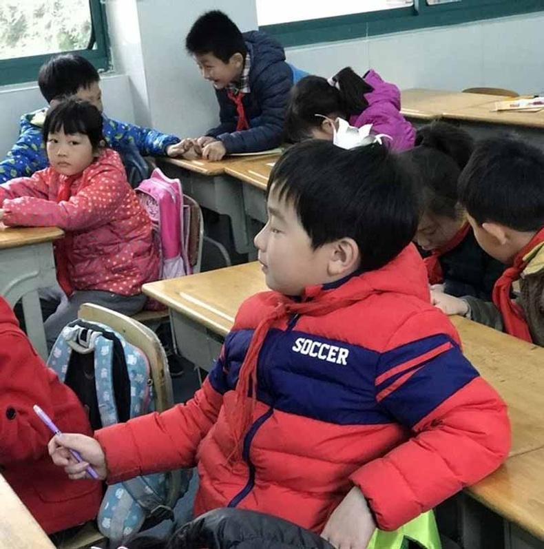 Төвийн халаалт байхгүй учраас хүйтэрвэл сурагчид гадуур хувцастайгаа хичээлд суух нь түгээмэл