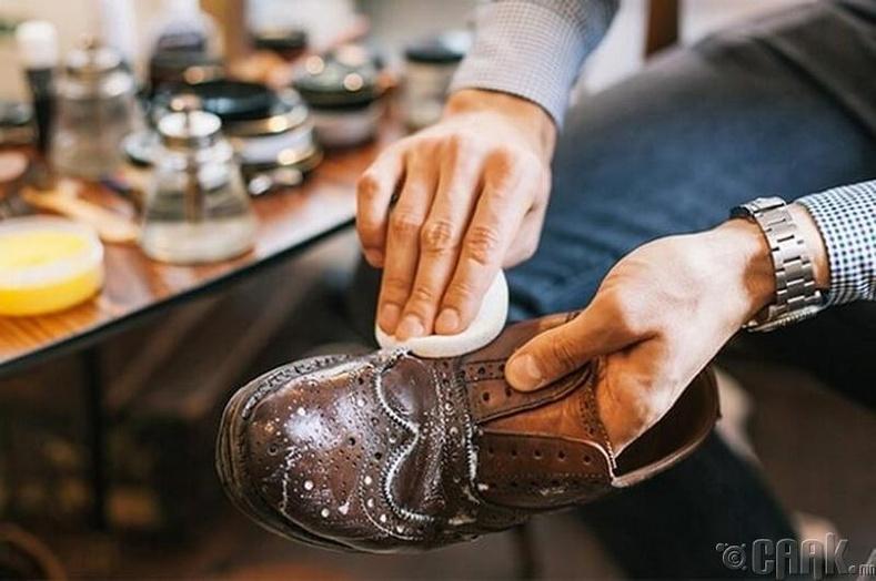 Гуталныхаа зураасыг хэрхэн арилгах вэ?