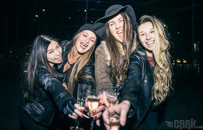 Найзуудаараа гарч буй охид