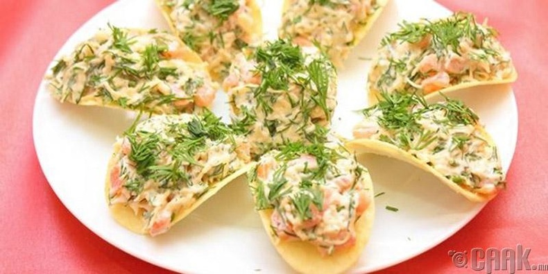 Лууван бяслагийн салаттай чипс
