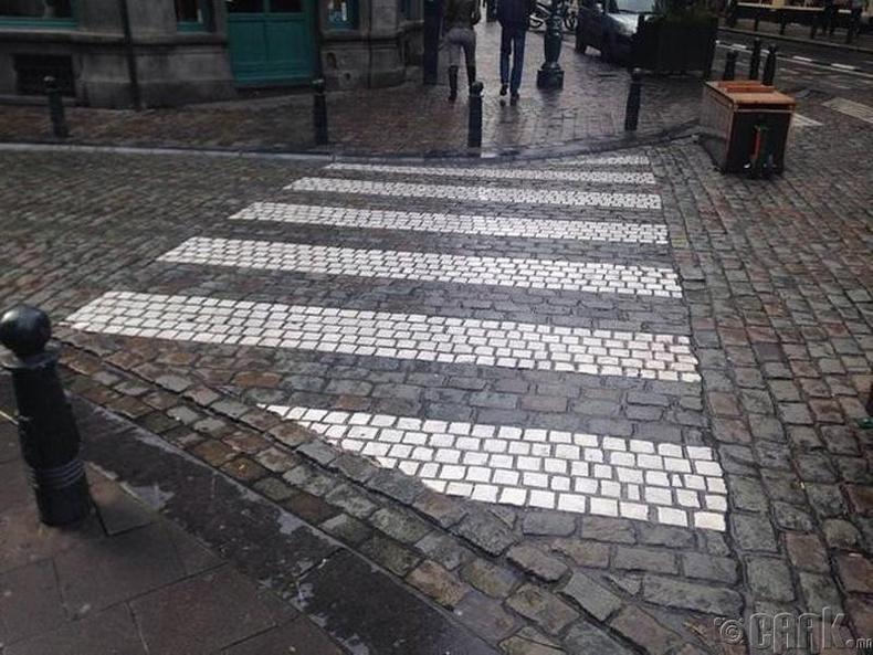 Бельгид явган хүний гарцыг тусгайлан цагаан өнгийн чулуугаар хийжээ