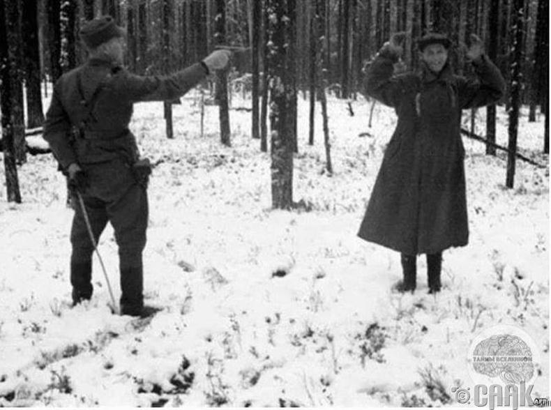 Баригдсан зөвлөлтийн тагнуул цаазлуулахынхаа өмнө инээмсэглэж байгаа нь - 1942 он
