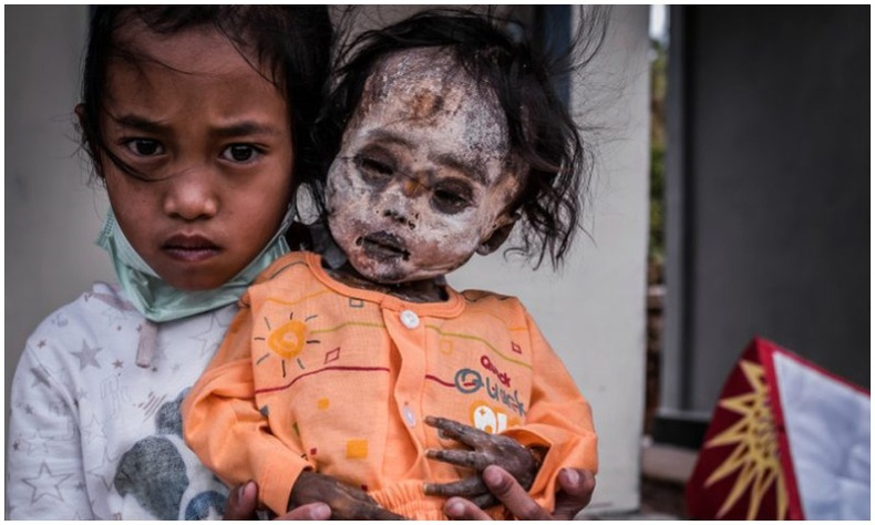 Нас барсан өвөг дээдсийнхээ шарилтай хамт амьдардаг Индонез овгийнхон