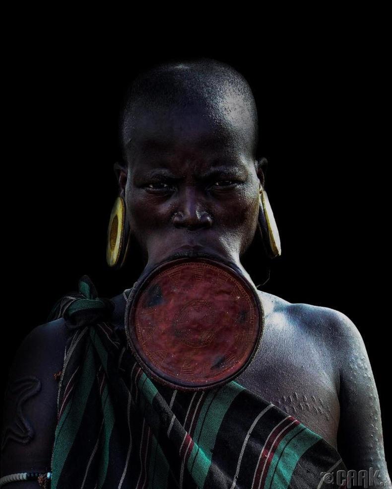 Уруулдаа гоёлтой бүсгүйчүүд (Этиоп, Африк)