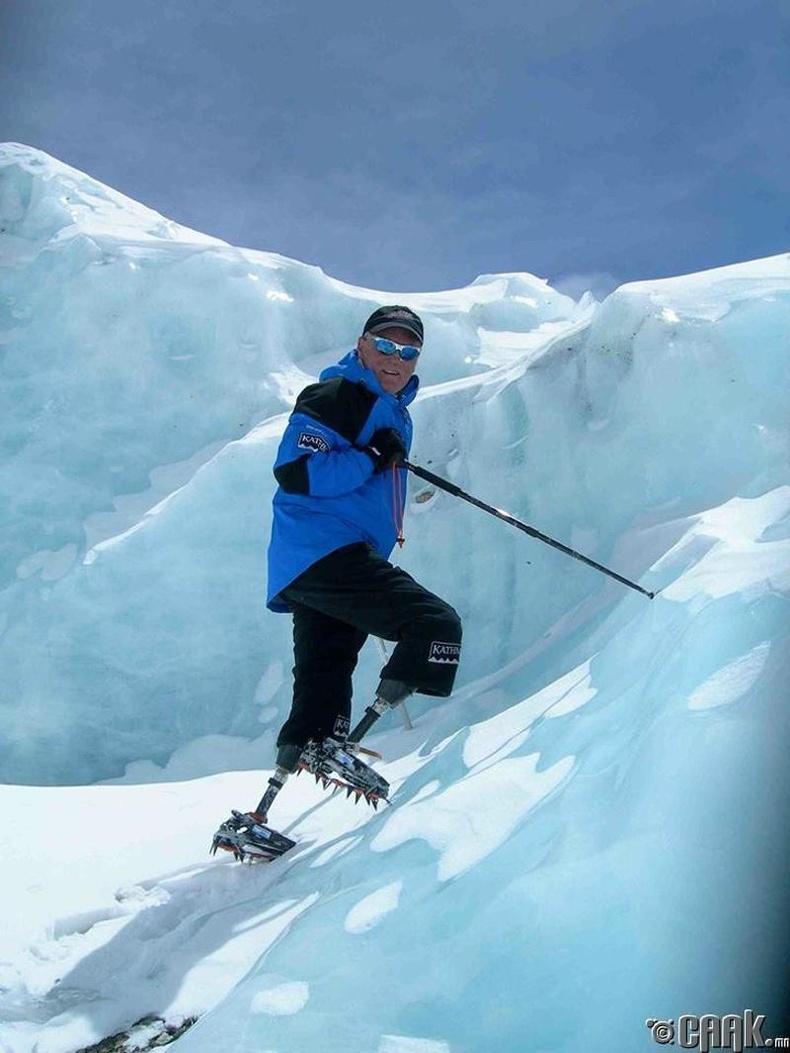 Эверест оргилд гарсан анхны хиймэл хөлтэй хүн