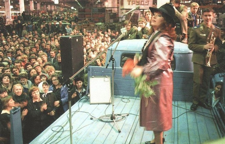 Алла Пугачева ЗИЛ үйлдвэрийн ажилчдад зориулсан концертын үеэр - Москва, ЗХУ, 1983 он
