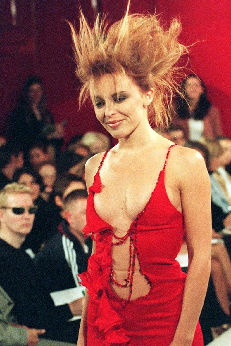 Дуучин Кайли Миноуг загварын тайзан дээр алхсан нь, 1995