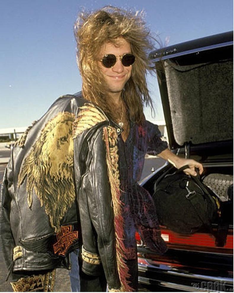 Дуучин Жон Бон Жови (Jon Bon Jovi)  Лос Анжелесийн олон улсын нисэх онгоцны буудалд,  1991 он