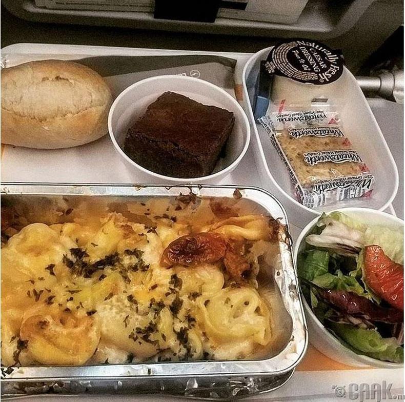 """Германы """"Lufthansa""""- Бяслагтай тортелини, ногооны салат болон брауни жигнэмэг"""