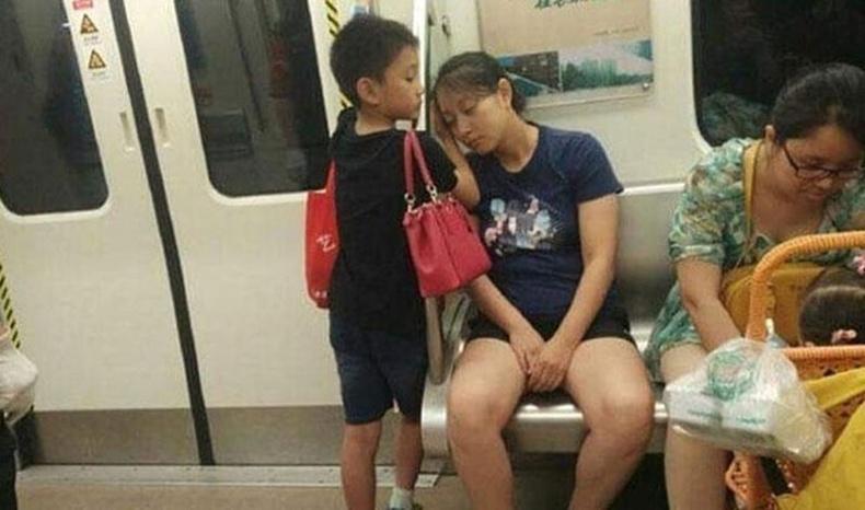 Хүү жаахан хүүхэдтэй хүнд суудал тавьж өгөөд, нойр авч буй ээжийгээ сэрээлгүй дэргэд нь зогсоно