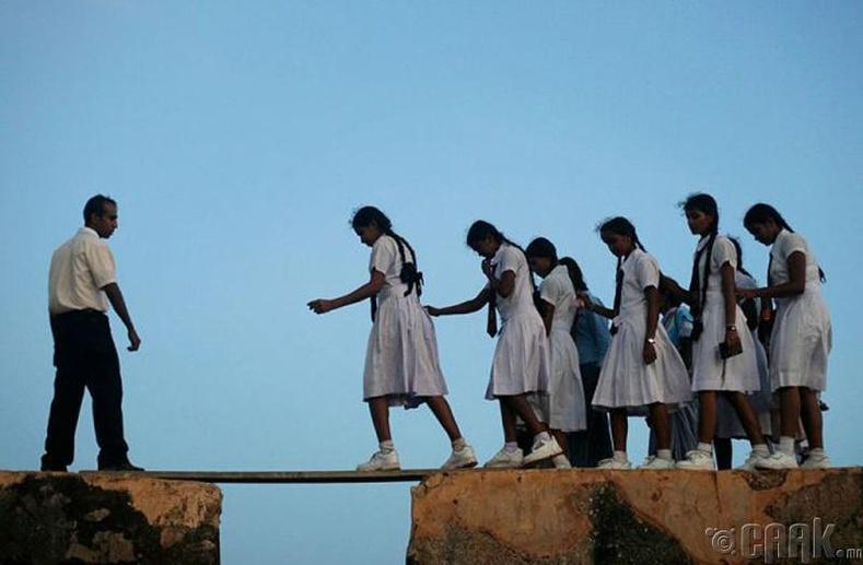 Шри-Ланкын Форт Галльд аль 16-р зуунаас хойш хүүхдүүд банзыг гүүр болгон ашиглаж хичээлдээ явцгаадаг болжээ