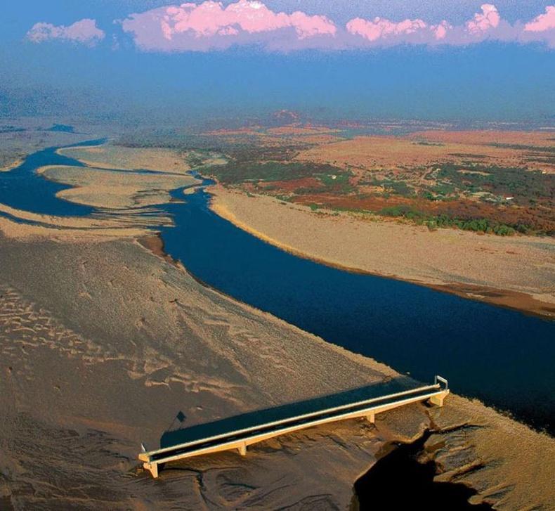 1998 онд Гондурасын засгийн газар Чолутека мөрөн дээгүүр гүүр барьжээ. Тэгтэл удалгүй Митч хар салхи дэгдэж, голын гольдрилыг өөрчилсөн байна
