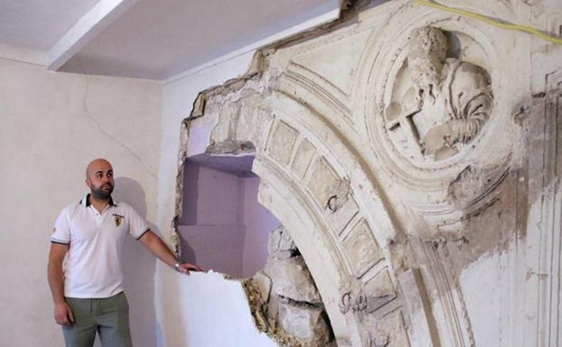 Гэртээ засвар хийж байхдаа 14-р зууны гайхалтай дурсгал олсон эр