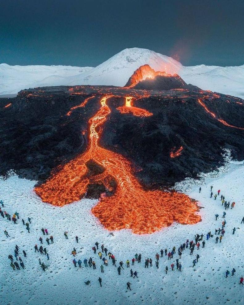 Оргилж буй галт уулыг сонирхохоор цугласан хүмүүс, Исланд
