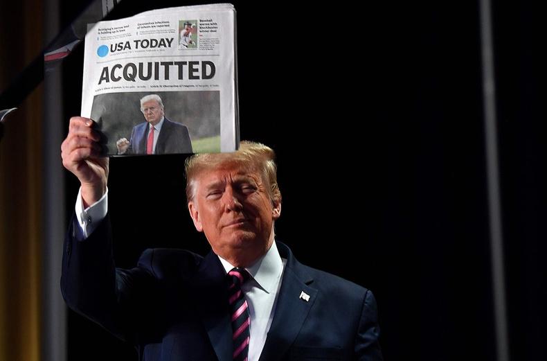 Дээд шүүхээс түүний гэм буруугүйг нотолсон тухай мэдээ бүхий сонинг барьж байгаа нь (2020.2.6)