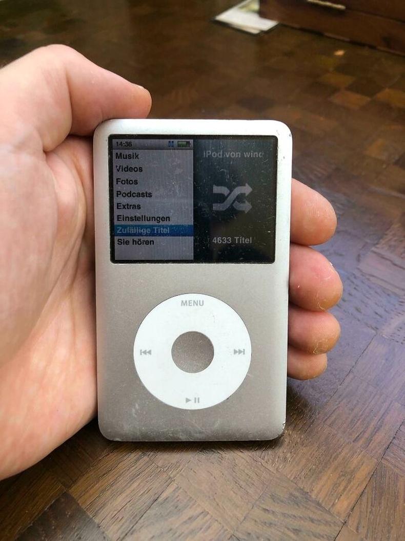 """""""2006 оноос хойш өдөр бүр сонсож буй iPod-оо Spotify-оор солих цаг болжээ. Баяртай анд минь"""""""