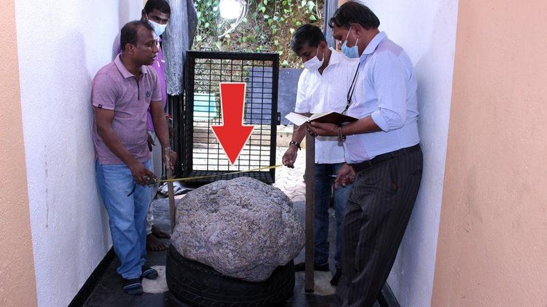 Шри-Ланк эр хашаанаасаа 100 сая долларын үнэ хүрэх индранил чулуу олжээ