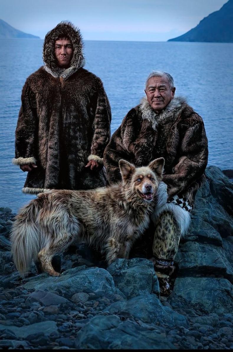 Берингийн тэнгисийн эрэг дээр амьдардаг Юпик эцэг хүү хоёр