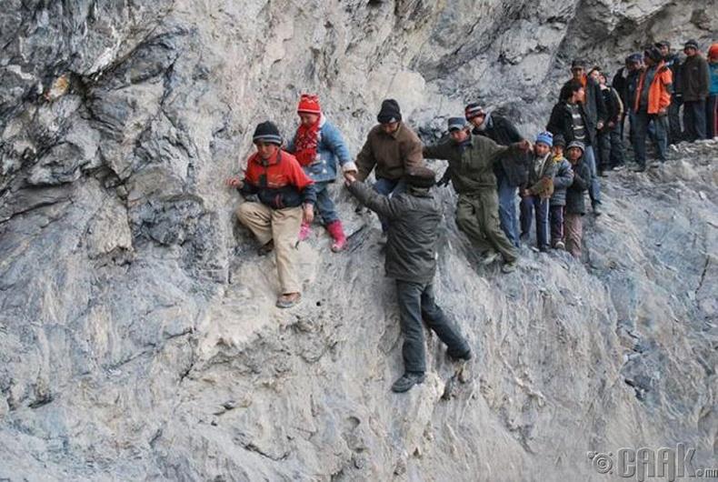 Хятадын Пилид хүүхдүүд уулын энгэрээр маш аюултай аялал хийж, 125 бээрийг туулан дотуур байртай сургуульдаа хүрдэг