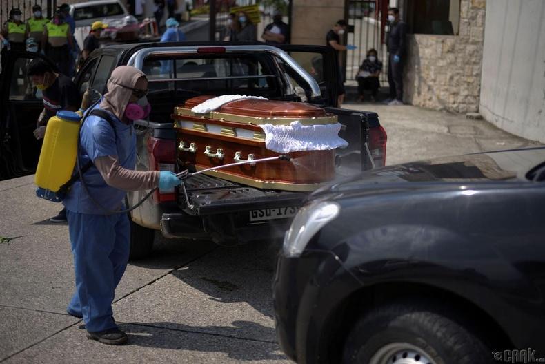 Гуаякиль оршуулгын газарт орох гэж буй авс зөөгч машиныг халдваргүйжүүлж буй нь, Эквадор, 4-р сарын 2