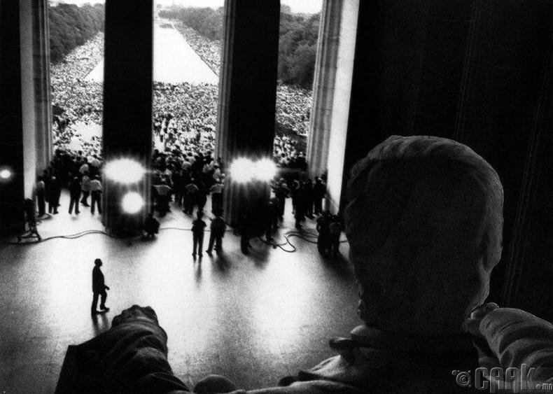 """1963 оны 8-р сарын 28-ны өдөр Мартин Лютер Кингийн """"Надад мөрөөдөл бий"""" хэмээх алдарт илтгэлийн үеэр"""