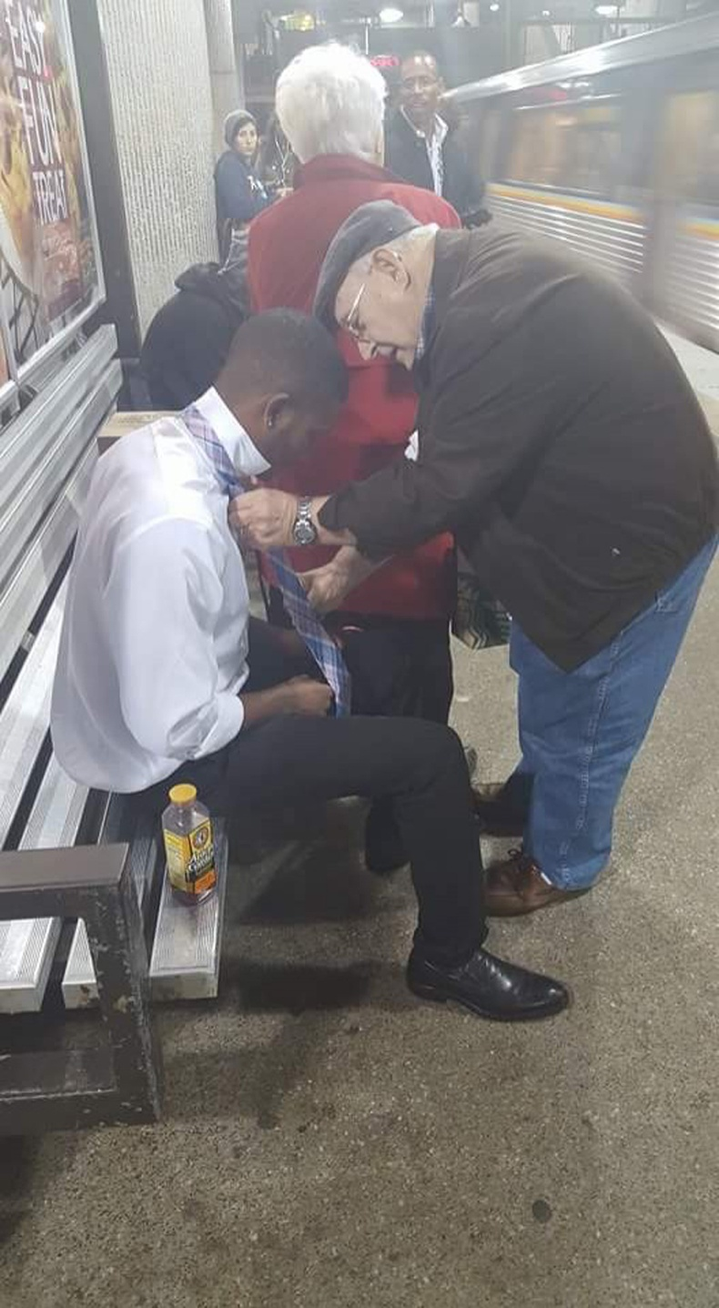 Энэ залуугийн бие муу байгааг анзаараад хөгшин эр тусалжээ