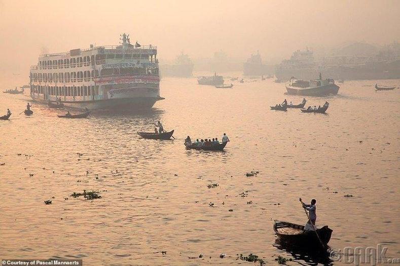 Ганга мөрнийг гаталж буй иргэд - Дака, Бангладеш