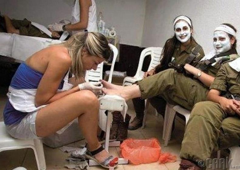 Эмэгтэй цэргүүд өөрсдийн гэсэн гоо сайханчтай байдаг