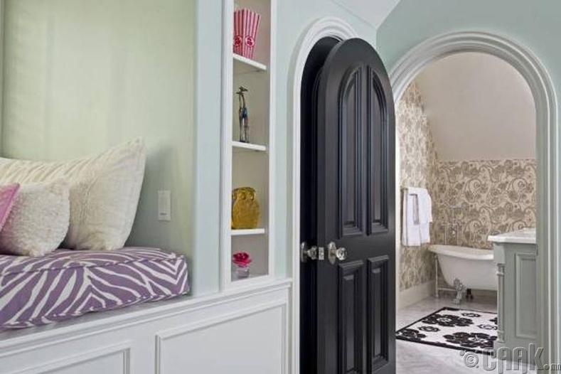 Хар өнгийн хаалга