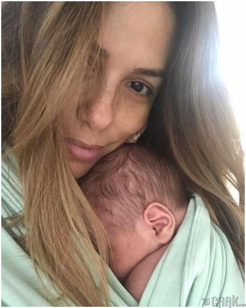 Жүжигчин Ева Лонгория (Eva Longoria) 43 насандаа анхны хүүхдээ өлгийдөн авчээ