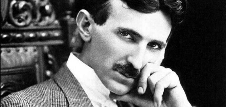 Никола Тесла сувданд маш дургүй байсан ба сувдан зүүлт зүүсэн эмэгтэйтэй харьцахаас татгалздаг байв