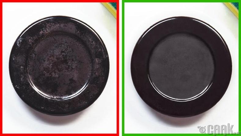 Хайруулын тавганд ус болон уксус хийж бага зэрэг буцалгаад 2 хоолны халбага хүнсний сода нэмж хийнэ. Бэлэн болсон уусмалаар плитканы ширмээ цэвэрлээрэй