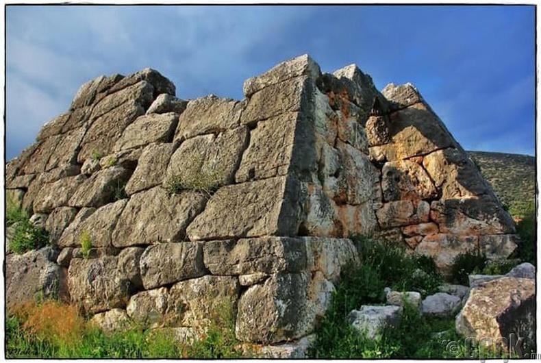 Грекийн пирамидын зөрчил
