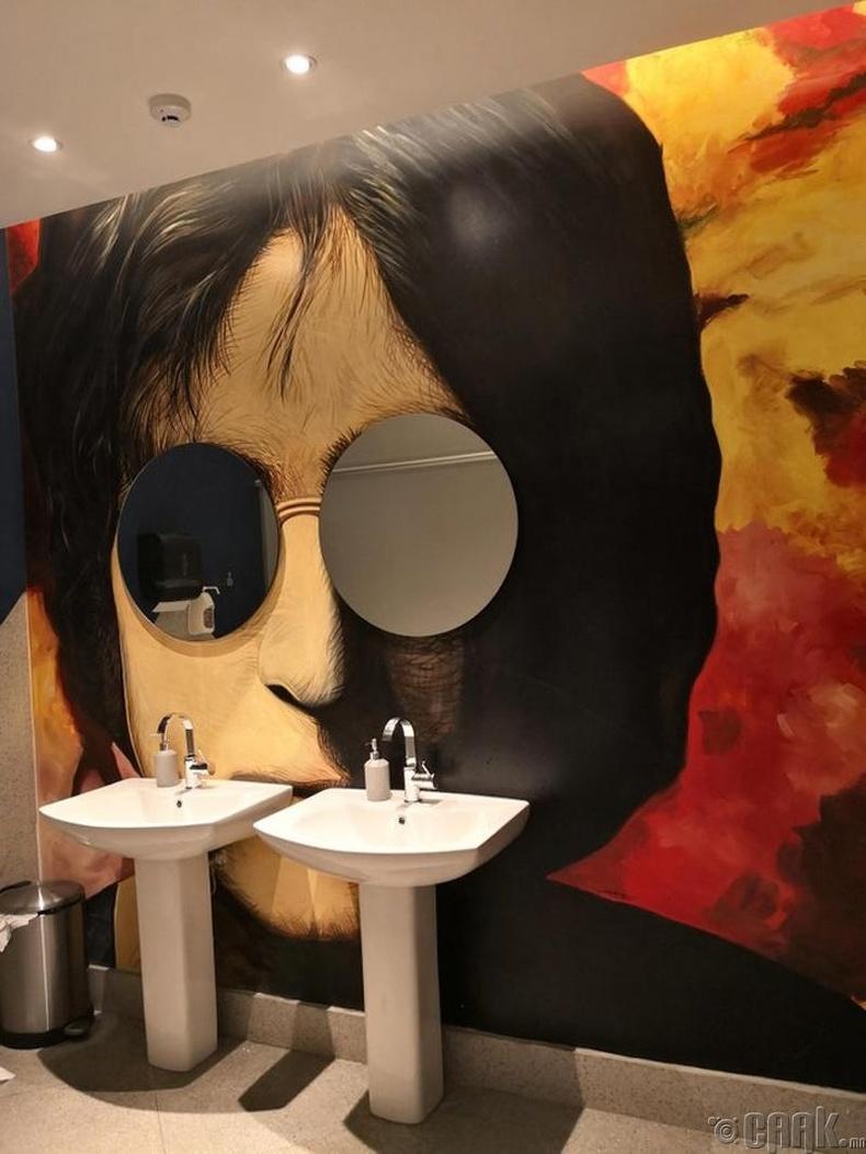 Жон Ленноны шилийг ариун цэврийн өрөөний толь болгожээ