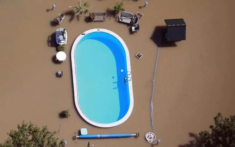 Үерт автаагүй үлдсэн бассейн