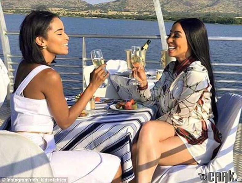 Оргилуун дарс шимэнгээ нар жаргахыг үзэж буй эмэгтэйчүүд