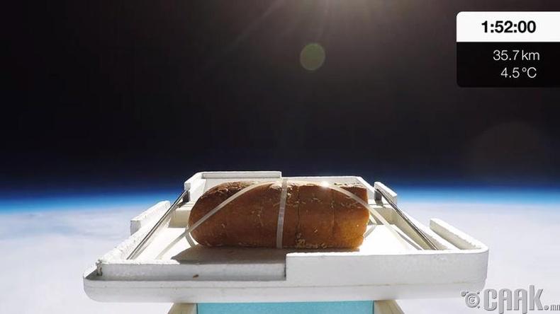Влоггер Том Скотт задгай сансар луу талх илгээгээд бууж ирэхээр нь амталж үзжээ