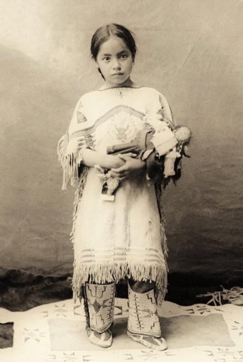 Хүүхэлдэйгээ тэвэрсэн уугуул америк охин, 1890
