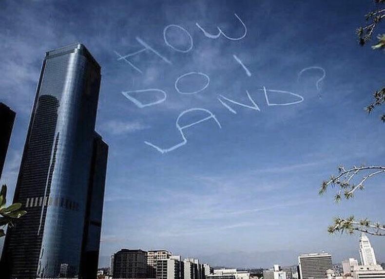 """2013 онд Америкийн комедиан Курт Браунохлер онгоц хөлслөөд, Лос Анжелесийн тэнгэрт """"Би яаж газардах вэ?"""" хэмээн бичжээ."""