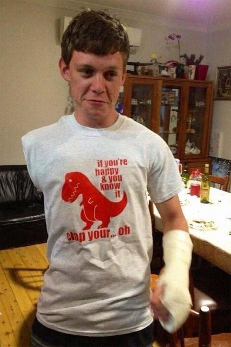 """""""Би баруун гаргүй. Тэгтэл саяхан зүүн гараа хугалчихлаа. Найз маань үүнийг мэдээд надад ийм бичигтэй цамц өмсүүлсэн"""""""