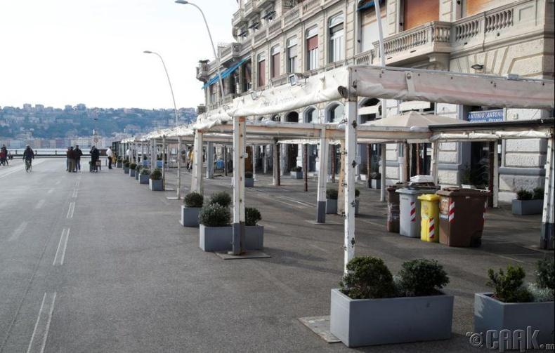 Неаполь дахь далайн эргийн ойролцоох ресторан