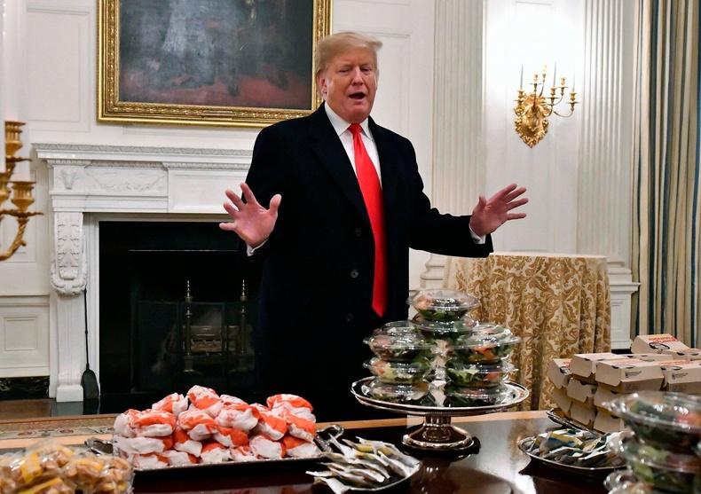 """Коллежийн хөлбөмбөгийн аварга багийг Цагаан ордонд хүлээн авч, """"МакДональдс""""-ын түргэн хоолоор дайлав (2019.1)"""