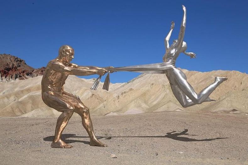 Хүн хоорондын хамаарлыг харуулах Италийн уран бүтээлч Лорензо Куинны бүтээлүүд