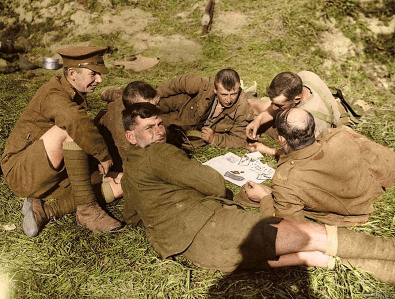 Йоркийн Эзэн хааны явган цэргийн 8-р батальоны цэргүүд хөзөр тоглож байна - Ипрес, 1917 оны 10 сарын 1