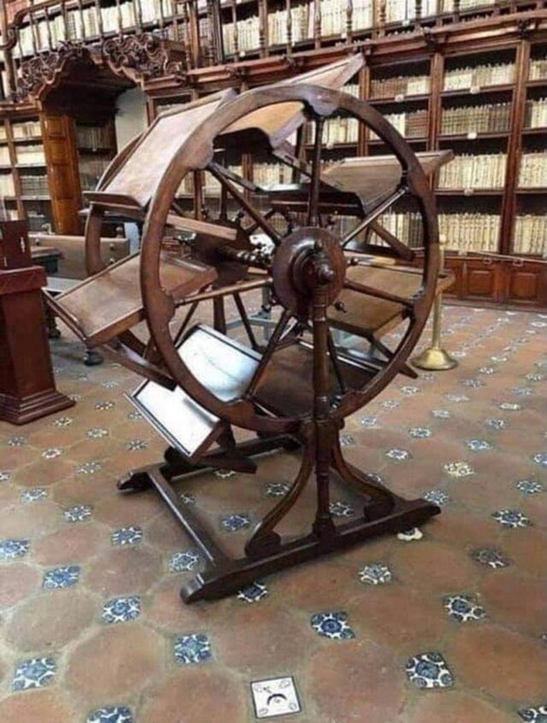 300 жилийн настай 7 ном зэрэг унших хэрэгсэл