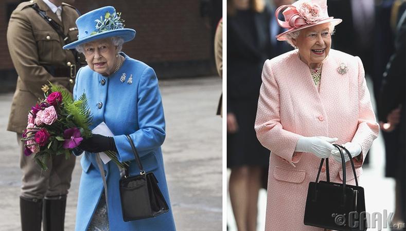 Хатан хаан цүнхээрээ туслахууддаа дохио өгдөг